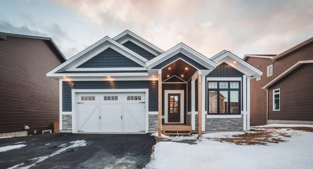 แบบ บ้านจัดสรรชั้นเดียว บ้านปูนชั้นเดียวสวย ๆ สีเทา ทรงบ้านชั้นเดียวโครงสร้างเหล็ก ไอเดียแบบบ้านสไตล์โมเดิร์น